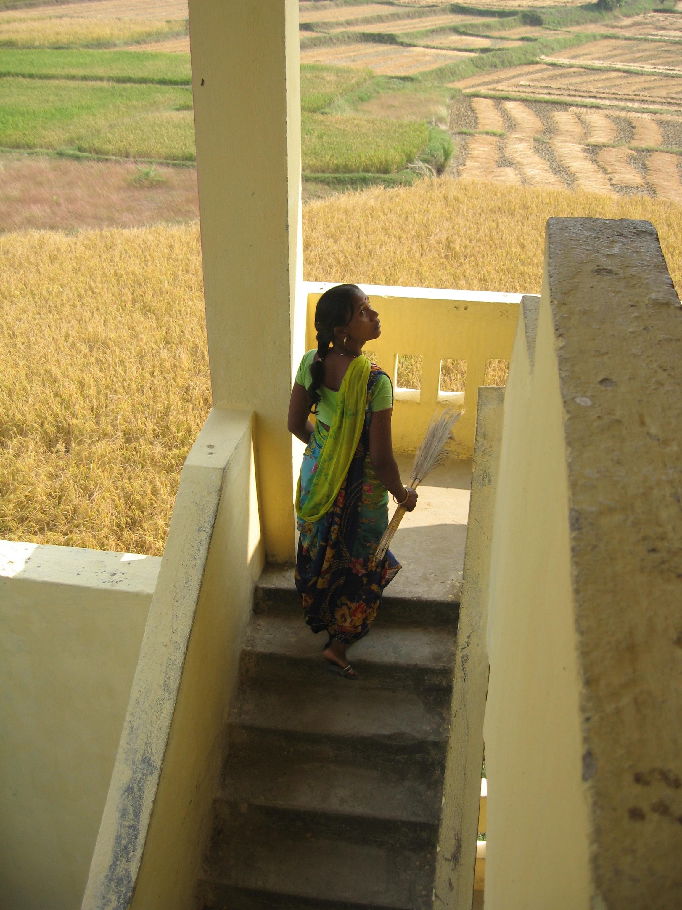 Une école à Bodh Gaya - Femme au plumeau