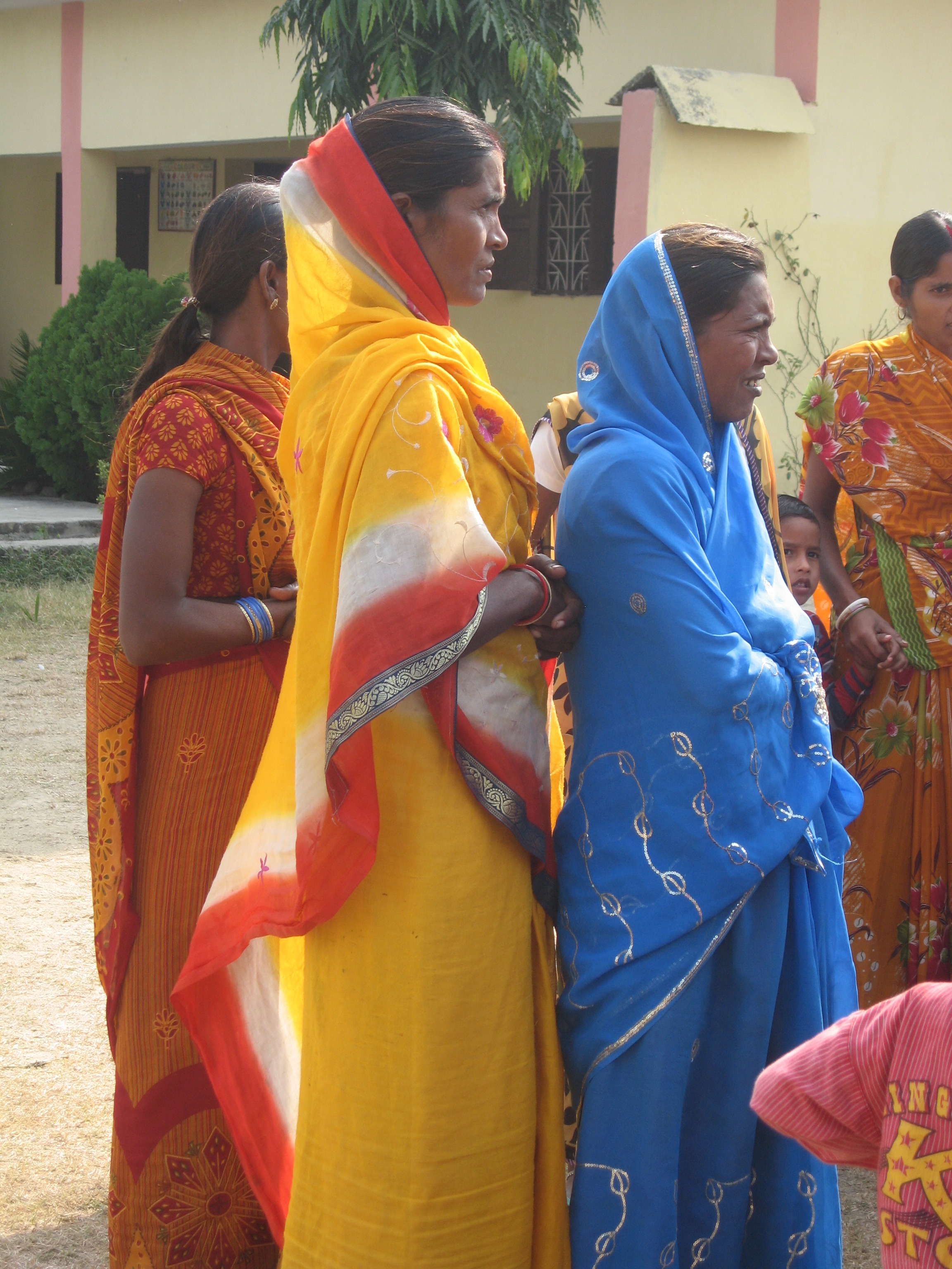 Symphonie des femmes en saris multicolores