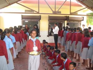 Une école à Bodh Gaya - service des repas