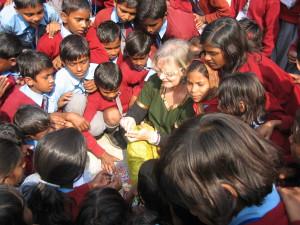 Une école à Bodh Gaya - Initiation aux bracelets en élastiques